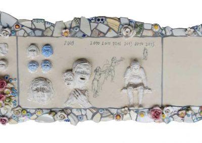 Le rêve blanc : l'attente - 77,3 x 32,2 cm - terre et fragments de vaisselle - © Marie-Pierre Lavallard