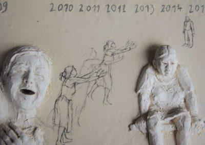 Le rêve blanc : l'attente (détail) - 77,3 x 32,2 cm - terre et fragments de vaisselle - © Marie-Pierre Lavallard